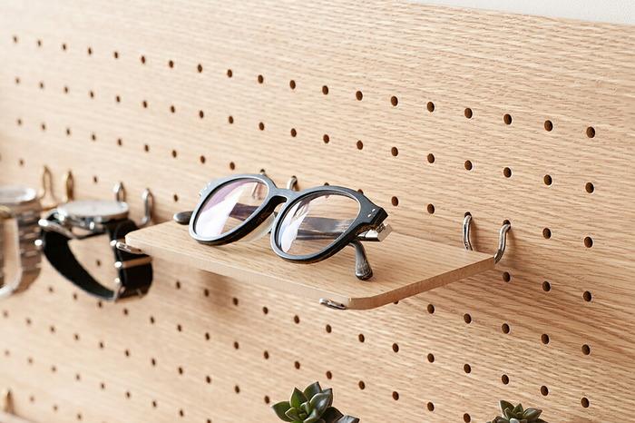 ペグウォール(有孔ボード)は、等間隔の穴が開けられたボードで、その穴にフックなどを入れてツールや工具などを整理するアイテムです。そんな便利な収納アイテムを「見せる収納」として使えるようデザインされたのがこちらamabroのペグシリーズです。