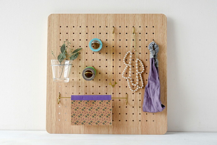 """アーティストの村上周氏を主体として2006年より""""表現の再構築""""をコンセプトに、古き良き伝統的な日本のアートをリスペクトし、プロダクトとアートのコラボレーションによる、現代の生活に即したアイテムを提案している「amabro(アマブロ)」のペグシリーズ。"""