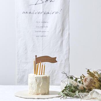 シンプルなバースデーケーキにランダムに刺せば、大人っぽくてスタイリッシュさが際立ちます。装飾を控えることで、キャンドルの魅力が引き立ちます。