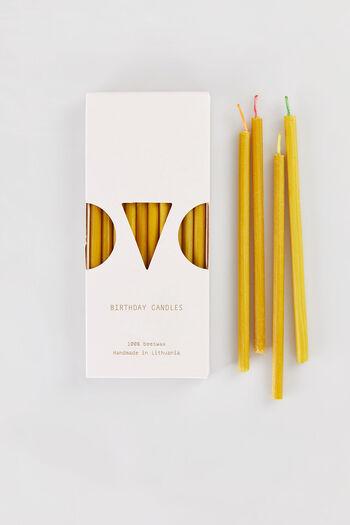 リトアニアで手作りで作られているキャンドルは、100%天然の蜜蝋からできています。無香料、無着色で、天然由来の自然な色合いが魅力です。芯の部分には色が付いていて、さり気なくかわいらしい。