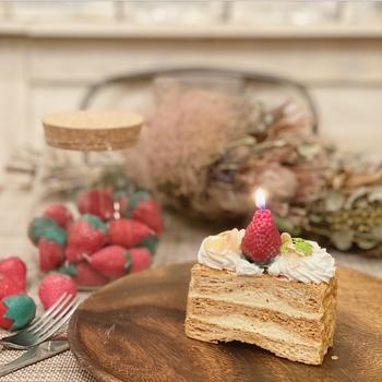 ケーキに欠かせない、いちごがキャンドルに変身したらちょっと驚きますよね。本物と混ぜたり、いちごの代わりに演出に使ったりしても面白そうです。パーティーの話題になりそうですね。