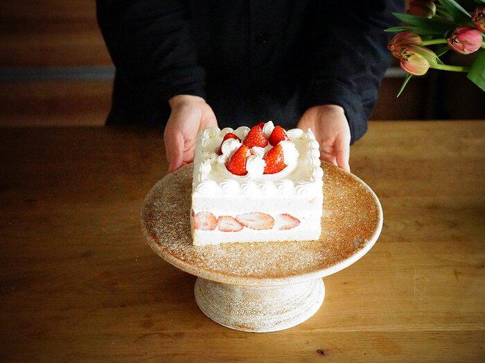 焼き物の自然な色むらが表情豊かなケーキスタンドです。シックな雰囲気だから、華やかでロマンチックなケーキスタンドはちょっと苦手・・・という人にもおすすめしたいです。ケーキの他に、パンやパイ、キッシュなどを乗せても良さそうですね。