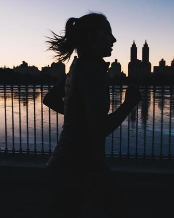時間に余裕のある方は、身体を動かすメニューを取り入れるのもおすすめ。寝る前に適度なストレッチやヨガをして体をほぐしたり、逆に眠りの浅い人は運動量が足りていない可能性もあるので、夕方くらいに軽い運動を取り入れたり、できそうなときに行いましょう。