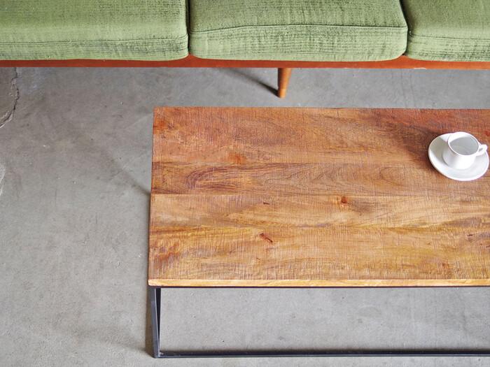 こちらは、マンゴーの無垢材を使ったラフな質感が印象的なコーヒーテーブルです。天然木が持つ色合いそのままを生かしているため、ひとつひとつ、商品によって色味が異なるところも、味わい深いですね。  アイアンで作られたフレームが直線的で、とてもすっきりとして見えます。お部屋の中でも軽やかなイメージで空間を圧迫しません。
