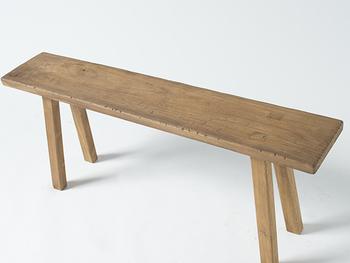 チークの古材を使ったシンプルな長椅子です。奥行22cmと非常にコンパクトなので、ベンチとして使うほか、ディスプレイ台として使うのもおすすめ。長さがあるので、コレクションしているものを集めて、お気に入りエリアとしてみるのもいいですね。  ナチュラルな色味は、いろいろなテイストのお部屋にすっと馴染んでくれますよ。