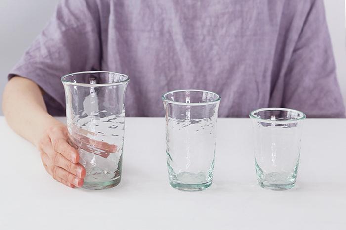 ●「コップ1杯で歯磨きする」習慣を作ろう  内容: コップ1杯の水で歯磨きを完了させる。(それ以上の水は使わない)  point: ・家族みんなで、水のありがたみを知って、節水の意識を高める ・歯を磨いている間、蛇口はもちろん閉めておきます ・歯磨きで口をゆすぐのに使う水の量は、実は10〜15mlくらい(*)で、5秒くらいかけて、1度だけゆすぐということが推奨されるようになりました。歯磨き粉の成分をきちんと行き渡らせるためには、これくらいがちょうどよいそうです ・家族みんながおなじ量の水をクリアしたら、徐々にコップのサイズを小さなものに変えていってみましょう  (*)補足: それに対して、一般的な歯磨き用のコップは200mlから300ml程