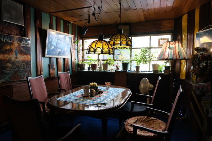 緑の壁紙と真っ青の絨毯が鮮やかな店内。置かれている雑貨やポスターなどの飾り方も独創的で、どの席も趣があります。プライベートな雰囲気ある空間なので、腰を下ろして落ち着けば、かなり快適ですよ。