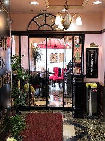 池袋演芸場のあるビル2階に構える喫茶店「カフェ・ド・巴里」。2階に向かうエレベーターからゴージャスで、赤い絨毯、観葉植物、シャンデリア、大きな水槽...異空間を演出するものが並びます。