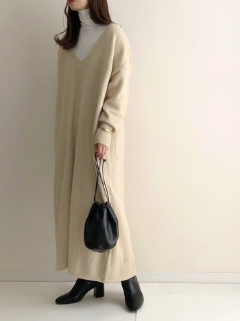 さらりと着心地のよいコットン素材のタートルネックは、ニットの下に着こんでも着ぶくれないので安心。ざっくりと開いたVネックニットを寒い季節でも楽しみたいときにも◎