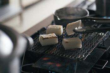 お餅は網を使って直火で焼くことで熱がまんべんなく広がり、ふっくらカリっと仕上がります。お餅に直接炎が当たらないように気を付けながら、専用の網を使って少し焦げ目がつくくらい焼いてみましょう。