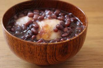 あずきをコトコト煮て作る、定番のぜんざい。隠し味に醤油を入れることで、つぶあんの旨味を引き出すことができるんです。