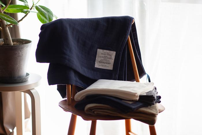 同じく神藤タオルに、2.5重ガーゼタオルもあります。  パイル織りとの違いは、水分を含んでもふんわり軽やかな使い心地が続くところ。  インド産オーガニックコットン100%で、タオルケットとしても使える肌にやさしくなめらかなガーゼタオルです。