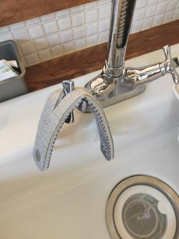 片面は掃除しやすいアクリル混のクロス、もう片面が仕上げに使うフッ素コート剤を仕込んだ不織布になっています。 掃除の後に仕上げ磨きができるから、いつもきれいをキープできますね。 蛇口にセットできる穴付きなところも◎