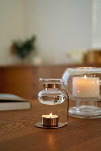 仕事中はすっきりシャープな香り、オフタイムはゆったりリラックスできる香り…。シーンによって香りを使い分けるのも、メリハリのある生活へとサポートしてくれます。 愛らしいクリアなガラスと、ステンレスの組み合わせが素敵なKINTO(キントー)のアロマオイルウォーマー。