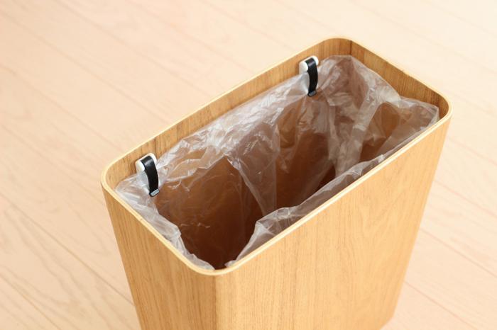 デスク周りに置いてあると便利なゴミ箱ですが、袋がビローンと出ていると、意外と気になります。