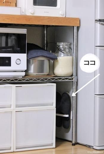 冷蔵庫の横にこっそり隠れているスリッパ。実は、この収納にはニトリのマグネットペーパーホルダーが使われています。すっぽりとスリッパが収まる、感動のジャストサイズ!