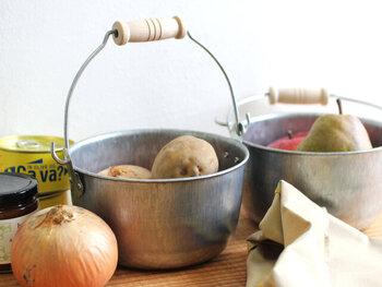 汚れを気にしなくていいバケツだから、土付きのお野菜などを入れておくのにも向いています。ざっくり入れたラフな感じが、お野菜の素朴な雰囲気と似合います。