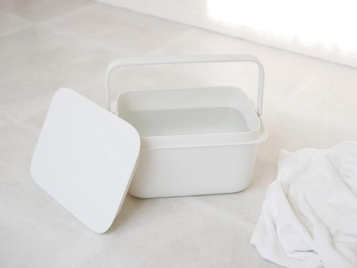 ありそうであまり見かけない、長方形のバケツです。ふたが付いているので、取っ手付きのプラスティックケース感覚で使うことができます。収納の時もスッキリ収まって保管しやすいです。