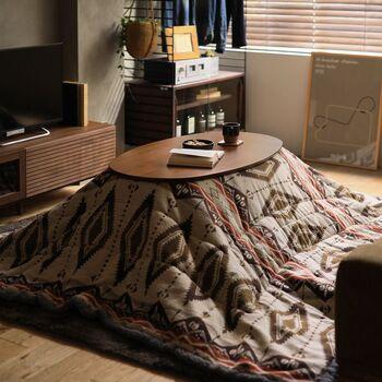 お部屋全体のトーンを揃えた空間に、ネイティブ柄のこたつ布団を投入! オレンジカラーを取り入れたネイティブ柄は、より民族的な雰囲気が増すのでインパクトも十分です。