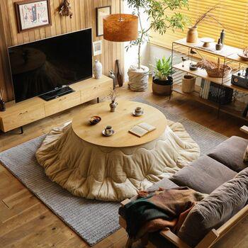 丸形のこたつは、どの方向からもすっと入り込めるのが最大の特徴です。リビングの形や家具の配置による座りにくさが軽減できるので便利でしょう。  また、家の中に四角い家具が多い場合、まあるいこたつを配置することで、お部屋の中にアクセントが生まれるというメリットもあります。やわらかい印象のお部屋作りがしたいという方にもおすすめです。