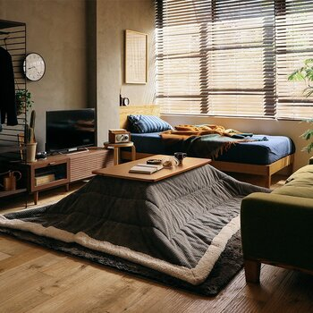 """こたつはソファやベッドなどの""""くつろぎ家具""""と相性ばっちり! ソファやベッドを、背面やサイドを囲うようにこたつを置くととても安心するものです。 こたつに入ったり、ソファに腰掛けたりと、そのときの気分で好きな場所を見つけてくつろげるのも嬉しいですね。"""