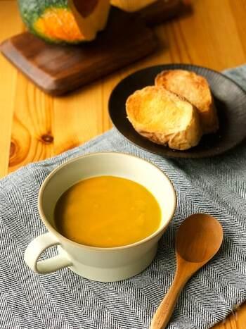 くたっと皮ごと煮込むことで、南瓜の美味しさを丸ごといただけるスープです。南瓜と玉ねぎの自然な甘味に、ピリッと風味のクミンとナツメグの香りがとても良いアクセントになっています。お好みでシナモンを加えても◎