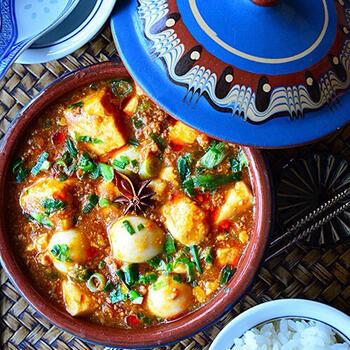 麻婆豆腐などの中華には、アニス、クローブ、花椒などが含まれた五香粉という中国の伝統ミックススパイスを使うのがおすすめです。 じっくり弱火で炒めはじめ、香りを立たせるのが美味しく仕上げるコツ。辛みを足したい場合はラー油で調整しましょう*