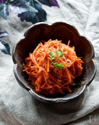 クミンシードを千切りの人参とサッと炒めた鮮やかな副菜です。はじめに弱火で油に香りを移しておくことで、とても風味豊かな仕上がりに。 食卓に彩りを加えたいときにもおすすめのスパイシーな1品です。