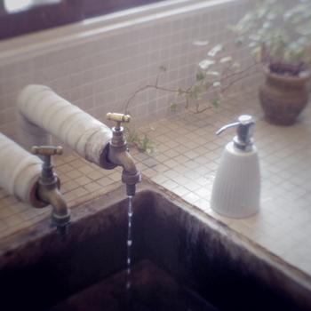 歯磨きするときに水を出しっぱなしにしている人は、案外多いんですよね。水道水を大切にすることで、限りある資源を有意義に使っていくことを学べます。たっぷりの水で口をゆすいでいる人は、まずはコップ1杯の水ですべて終わらせることができるように頑張ってみましょう。