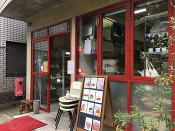 向島百花園の向かいにある「Boulangerie Trois(ブーランジェリー トロワ)」は、白と赤の外観がかわいらしいブーランジェリー。週末になると行列ができるほどの人気店です。