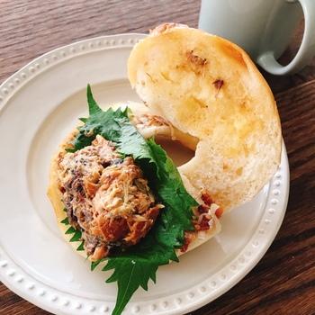 もちもちパンのサンドは、食べ応えはもちろん個性が光る具材が人気です。こちらの「和風さばサンド」は、ほろほろの鯖を味噌や醤油で味付けした和テイスト。大葉や梅などの風味もパンと意外にマッチします。  ほかにも、バルサミコソースをかけた自家製鶏ハムサンドや、厚切りれんこんとジューシーな鶏ももが入った「梅サンド」もおすすめ。