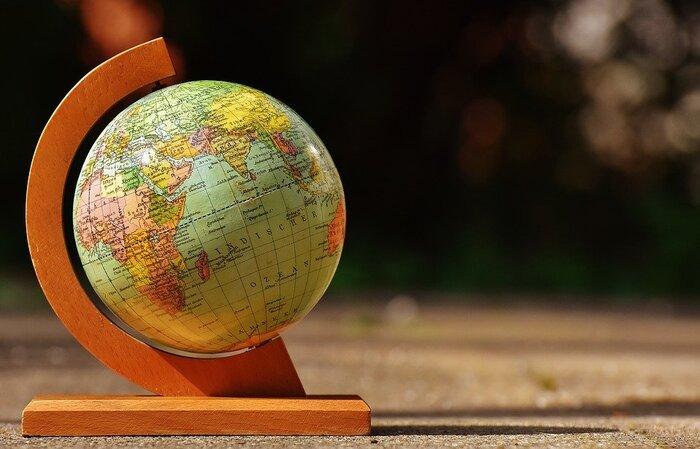 ●「世界観光大使」気分で、国の魅力をプレゼンしよう  内容: 地球儀をまわすなどして、家族それぞれ、国を振り分けて、担当を決める。発表会の日を決めて、その日に、担当国の観光大使になって魅力を紹介する。(発表会までに、担当国の概要や魅力をしっかり調べる)  point: ・よく知っていると思われるアメリカやイギリス、フランスといった国々から始め、徐々に小さなあまり知られていない国に進めていくとよいでしょう。 ・発表会を週に1度のイベントとして、定着させるのもおすすめ。毎週、違う国を担当して紹介していくうちに、世界の国々に対する理解が深まります。ニュースを見ていて、時事問題にも関心が高まるはず。