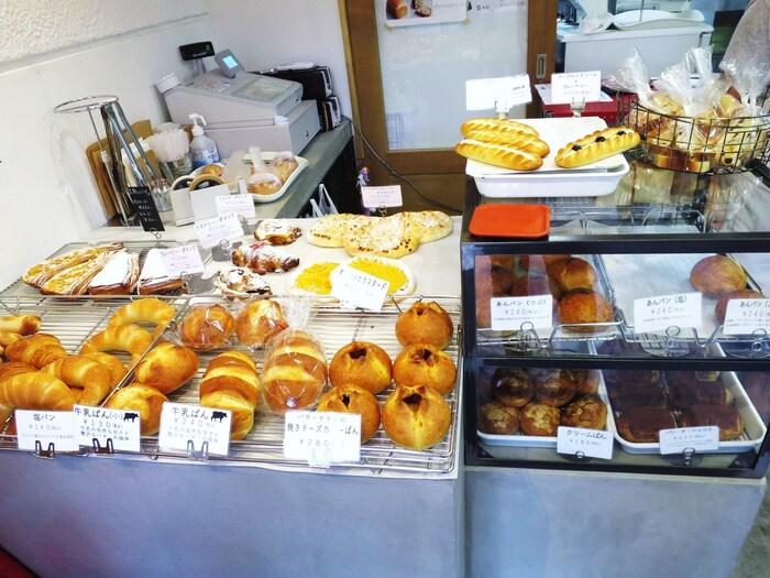 2人入ればいっぱいになるほどこじんまりとした店内には、デニッシュやハード系などさまざまなパンが並んでいます。