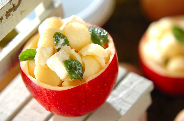 くり抜いたりんごを器にして、見た目もかわいいデザートに。メープルとクリームチーズの組み合わせは絶品です。