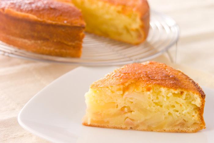 りんごをレンジでチンしてジャムにして、材料を混ぜて焼くだけの簡単ケーキ。手軽にできて手が込んで見えるおやつです。