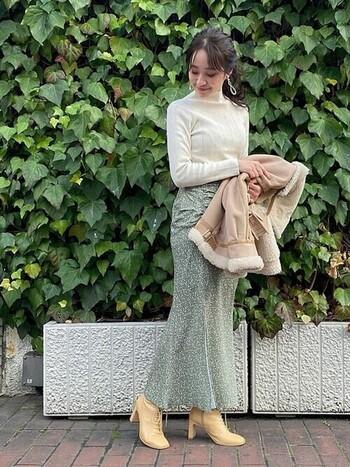 軽やかなドレープが足周りをふんわりと包み込み、体にそっと沿って、すらりとした美しい印象を生み出しています。ベージュのレザーブーツはニュアンスがあり、メンズライクになりすぎない優しさを感じますよね。  マーメイドスカートの布地のやわらかさとよく合っています。