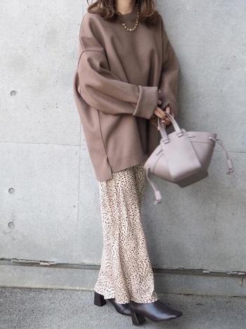 レオパードプリントのマーメイドスカートは、薄手の素材を使っており、一年を通して着られるアイテム。ハイウエスト気味のデザインからすとんと落ちるようなラインは、足が細く見えますよね。  バックゴムになっているので、着心地もばっちり。ラクに着こなせます。
