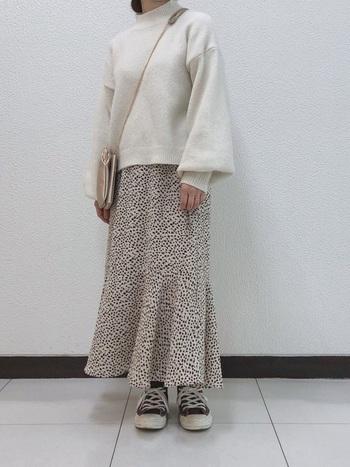 レオパード柄というと、ちょっと攻めているかな、と不安になることもありますが、こちらのマーメイドスカートならキュートな雰囲気に。バックウエスト仕様になっており、履きやすさも抜群。  すとんと落ちるようなラインと裾の広がったフレア部分の対比が可愛らしいですね。