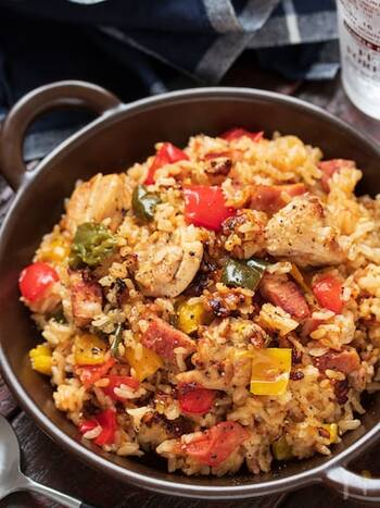 材料をフライパンで炒めたら、お米と調味料と一緒に炊飯器に入れ、あとはスイッチを押すだけ。忙しい日の夕食にもおすすめです。