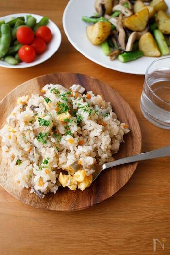 鶏胸肉とごぼうで作る、洋風の炊き込みご飯。あっさりして食べやすく、やさしい味に仕上がっています。
