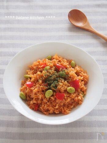 味付けはコンソメとトマトケチャップでラクラク。ツナ缶は汁まで入れることによって旨みを出します。
