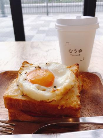 おうちに帰るまで待ちきれない!という方は、イートインスペースに立ち寄ってみませんか?半熟卵がまろやかな「クロックマダむぅ」は売り切れてしまう日も多い人気メニューです。