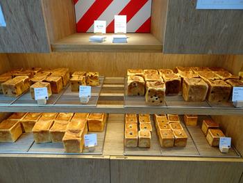 店内には、シンプルな「ムー」をはじめ「ムーあんこ」「ムー焼きりんご」「じゃがムー」など個性豊かな食パンたちが並びます。種類によって焼き上がり時間が異なるので、お目当てのパンがある方は事前に公式SNSをチェックしておくのがおすすめ。