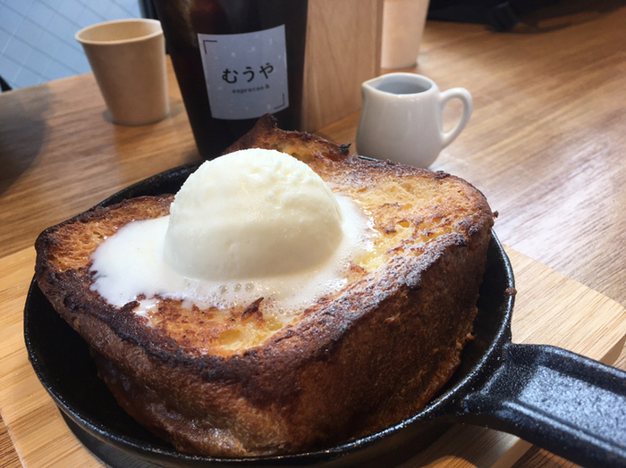 甘いもの好きさんには「鉄板フレンチトースト」がおすすめ。じゅわっと甘い食パンに冷たいアイスがマリアージュ。食パンを知り尽くしているからこそのおいしさです。