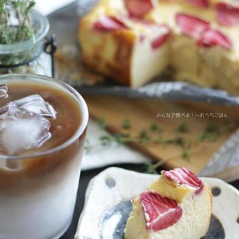 フレッシュな苺をのせて焼きあげる濃厚なベイクドチーズケーキは、見た目も華やか!ホーローで焼きっぱなしにして、しっかり冷やして、そのまま食卓へ。いつものティータイムが特別な時間になりそうなデザートレシピです♪