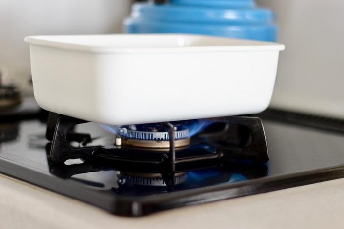直火にもかけることができるホーロー。作ったお料理を保存した後に、再び直火で温めて、そのまま食卓に出すことができるので、洗い物もグンと少なくなります。