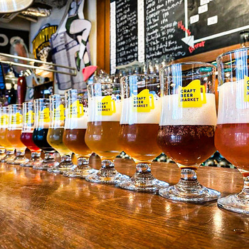 クラフトビール人気の高まりを受けて、「タップバー」と呼ばれるクラフトビールを飲み比べ出来るお店も増えてきました。「クラフトビアマーケット」は、30種類のクラフトビールが490円均一で飲めるお店。東京と大阪に支店が複数あるので、近くにお出かけした帰りに1杯飲んで帰るのもいいですね。