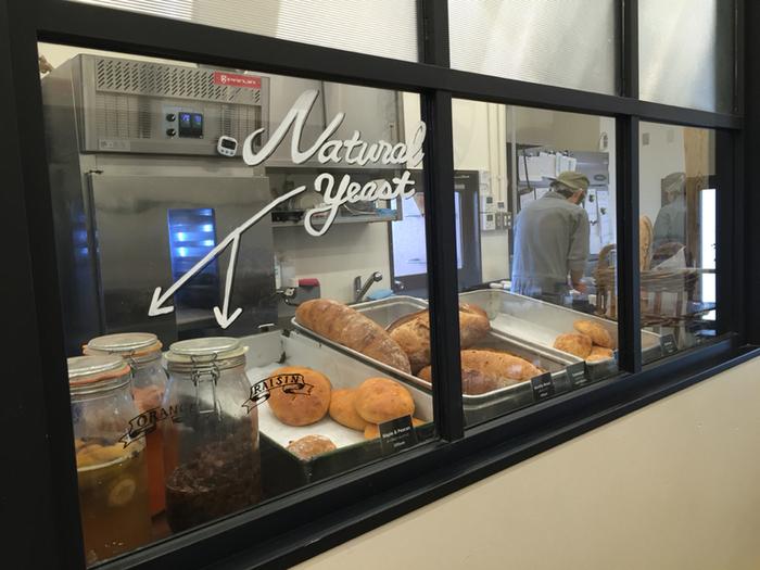 その名の通り、職人さんたちがパンを作る様子を間近に見ることができますよ。