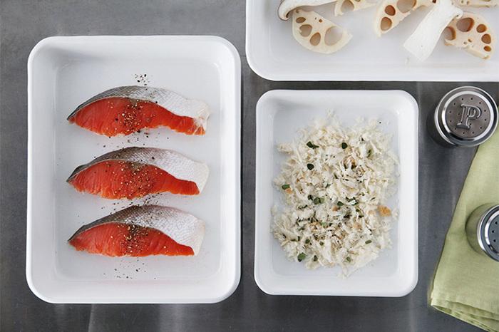 お魚やお肉に塩コショウを振ったり、切ったお野菜を並べたり、具材を混ぜ合わせたり…。ホーローはバットとしてもとても優秀。また見た目にも美しい色合いなので料理をするのがもっと楽しくなりそうですね。
