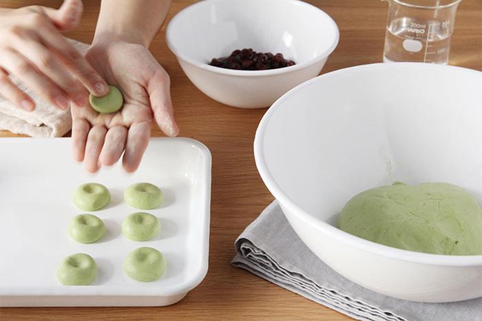 お菓子を作るときも、ホーローバットがひとつあるだけで楽々。白玉を丸めて並べたり、寒天やゼリーを作ったり、ケーキを焼いたり、創造性がグンと広がるでしょう。